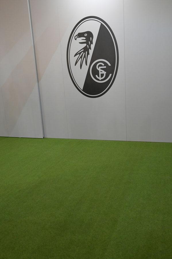 SC Logo im Aufwärmraum
